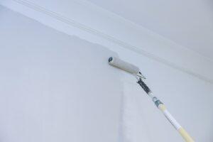 Malowanie ścian wałkiem na przedłużce